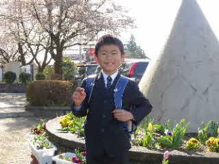 入学式での子供の写真
